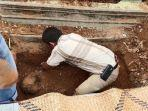 261019_mayat-dalam-cor-bongkar-makam-pemakaman-autopsi.jpg