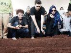 ahmad-albar-di-pemakaman-faldy-albar_20180830_180058.jpg