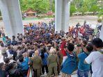 aksi-ratusan-mahasiswa-pmii-dan-imm-merangin-di-gedung-dprd-tolak-uu-omnibus-law-cipta-kerja.jpg