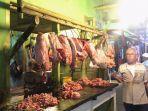 aktivitas-pedagang-daging-di-pasar-angso-duo.jpg