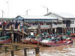 aktivitas-penumpang-di-pelabuhan-lalu-lintas-sungai-danau.jpg