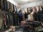 aktivitas-salah-satu-toko-pakaian-impor-bekas-di-pasar-angso-duo.jpg