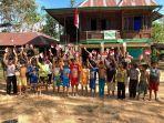 anak-anak-rimba-berfoto-bersama-usai-upacara-hut-ri-ke-75-sambil-menunjukkan-bendera-merah-putih.jpg