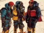 anatoly-boukreev-dan-dua-orang-serdadu-kopassus-pada-ekspedisi-pendakian-everest_20180920_153149.jpg