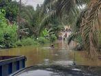 banjir-di-tanjabbar-membuat-jembatan-di-desa-lubuk-bernai-terputus.jpg
