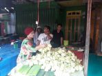 beberapa-orang-membuat-selongsong-ketupat-dari-daun-kelapa-yang-masih-muda_20180613_113933.jpg