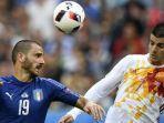 bek-italia-leonardo-bonucci-berebut-bola-udara-dengan-striker-spanyol.jpg