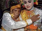 bora-kakek-58-tahun-dan-ira-fazillah-gadis-19-pasangan-pengantin.jpg