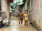 breaking-news-sungai-meluap-saat-warga-istirahat-puluhan-rumah-di-nalo-tantan-merangin-kebanjiran.jpg