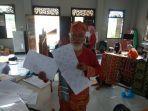 datuk-zainul-bahari-tunjukkan-batik-motif-korona.jpg