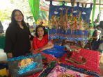dina-dan-iko-memamerkan-produk-iko-batik-jambi-handy-craft-dan-karya-seni.jpg