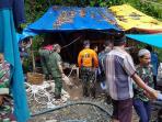 evakuasi-korban-longsor-peti-merangin_20161026_202531.jpg