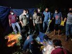 evakuasi-mayat-korban-pembunuhan-di-km-43-rt-15-desa-bukit-baling-sekernan-muarojambi.jpg