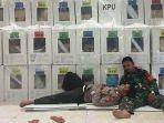 foto-anggota-polisi-tidur-di-pahan-anggota-tni-jaga-kotak-suara-pemilu-2019.jpg