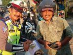 foto-viral-seorang-anggota-polisi-tilang-ayahnya-sendiri.jpg