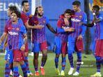 gelandang-barcelona-spanyol-riqui-puig-ke-3-merayakan-dengan-rekan-satu-timnya.jpg