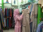 karyawan-di-azila-sedang-memperlihatkan-contoh-baju-muslim-couple-untuk-pasutri.jpg