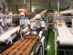 karyawan-di-pabrik-sari-roti.jpg