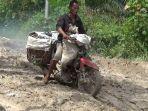 kondisi-jaloan-pemerintah-penghubung-dua-desa-di-kecamatan-betara-kabupaten-tanjabbar-rusak-parah.jpg