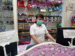 lili-karyawan-toko-mainan.jpg