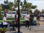 live-music-dari-musisi-jalanan-di-wisata-danau-sipin.jpg