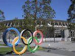 logo-olimpiade-tokyo-di-taman-stadiun-olahraga-nasional-jepang-di-tokyo-karya-kengo-kuma.jpg