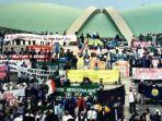 mahasiswa-menduduki-gedung-mprdpr-menuntut-presiden-soeharto-untuk-mundur-dari-jabatan-presiden.jpg