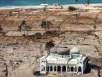 masjid-rahmatullah-di-aceh-saat-tsunami.jpg