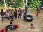 meluapnya-sungai-batanghari-ke-pekarangan-rumah-dijadikan-tempat-bermain.jpg