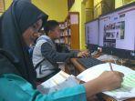 membaca-beberapa-siswa-di-kabupaten-bungo-tengah-membaca-melalui-buku-dan-komputer-yang-disediakan.jpg