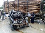 mobil-daihatsu-oleng-dan-tabrak-truk-pengangkut-kayu-akasia-di-tebing-tinggi.jpg