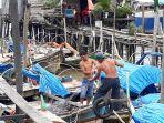 nelayan-kuala-tungkal-menyiapkan-jaring.jpg