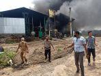 pabrik-triplek-terbakar.jpg
