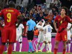 para-pemain-belgia-tampak-lesu-menyaksikan-para-pemain-prancis-merayakan-gol.jpg
