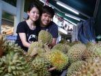 pasangan-suami-istri-bagikan-durian_20180804_234623.jpg