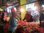 pedagang-ayam-potong-di-pasar-angso-duo-saat-melayani-pembeli.jpg