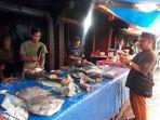 pedagang-ikan-di-pasar-tanggo-rajo-tungkal-ilir-kabupaten-tanjab-barat-senin-422019.jpg