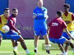 pelatih-barcelona-asal-belanda-ronald-koeman-tengah-memimpin-sesi-latihan.jpg
