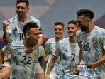 pemain-argentina-lautaro-martinez-kiri-bawah-merayakan-dengan-messi.jpg