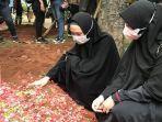 pemakaman-ayah-oki-setiana-dewi-dan-ria-ricis-di-pesantren-tahfiz-daarul-quran.jpg