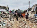 pencarian-korban-gempa-62-sr-di-mamuju-12.jpg