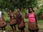 perempuan-papua-mengenakan-busana-tradisional.jpg
