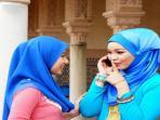 perempuan-wanita-jilbab-bicara-di-telpon-ponsel-gosip.jpg