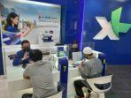 petugas-customer-service-sedang-melayani-pelanggan-yang-datang-ke-xl-center.jpg