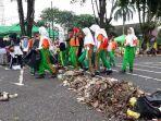 petugas-pelajar-bersihkan-sampah_20180311_163401.jpg