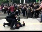 polisi-banting-mahasiswa.jpg