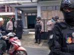 polisi-berjaga-di-tkp-penangkapan-seseorang-terduga-teroris.jpg