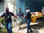 proses-evakuasi-jasad-s-pria-yang-ditemukan-tewas-di-kediamannya-oleh-warga.jpg