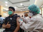 proses-penyuntikan-vaksin-yang-dilakukan-vaksinator-oleh-penerima-vaksin-di-dprd-kota-jambi.jpg
