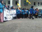 puluhan-mahasiswa-dari-pmii-kota-jambi-gelar-aksi-tolak-uu-omnibus-law-di-dprd-kota-jambi.jpg
